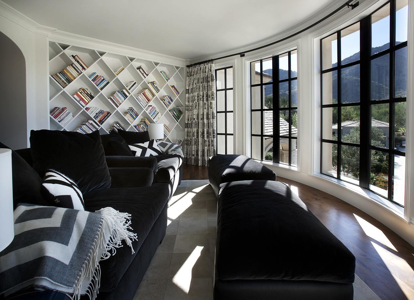Salon noir et blanc avec vue panoramique sur les montagnes