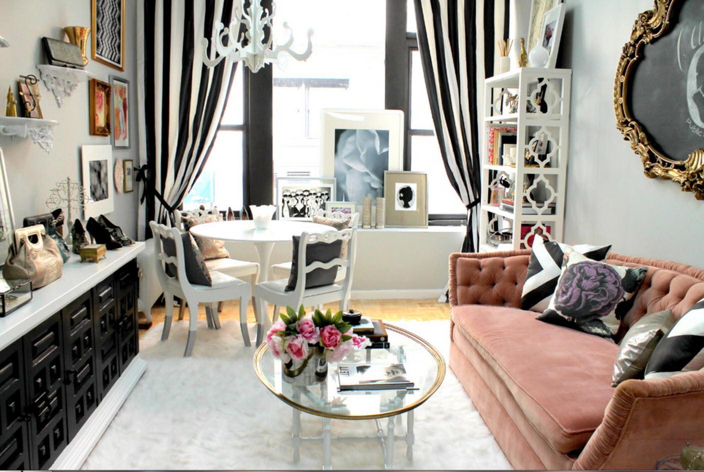 Petit salon cosy noir et blanc de style éclectique avec canapé rose