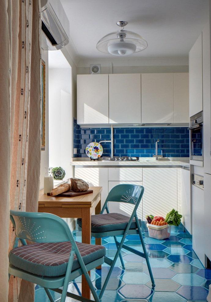 table transformable dans une cuisine lumineuse