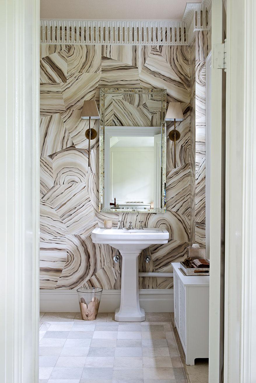 Plinthe de plafond avec une forme originale dans la salle de bain