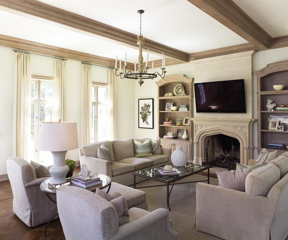 La moulure en bois est faite dans le même style que les poutres du plafond