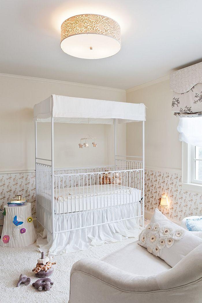 Un auvent avec un plafond protégera les yeux de bébé de la lumière des ampoules incluses
