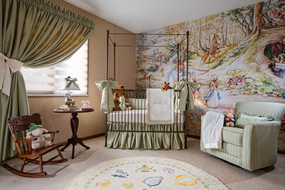 Lit bébé à un étage et structure à baldaquin