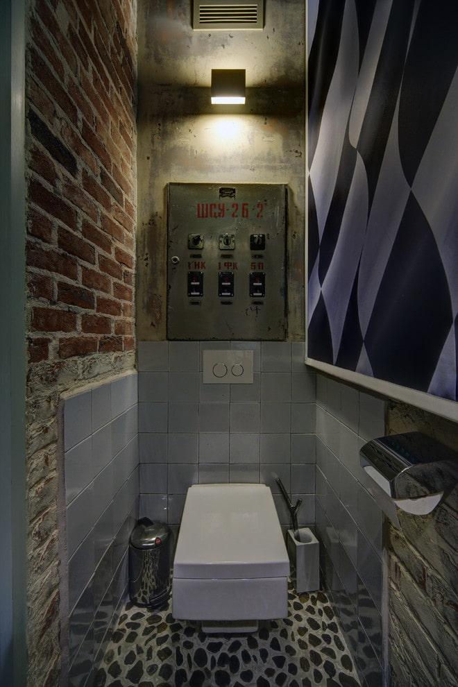 petites toilettes sombres