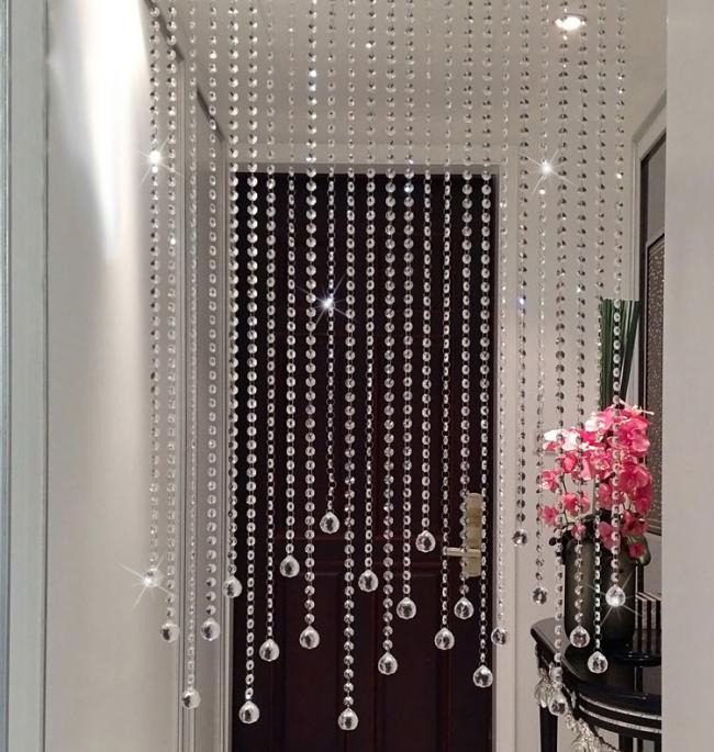 Rideaux de perles de cristal dans le couloir