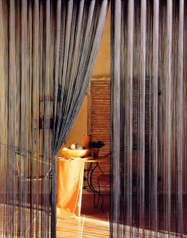 Bel intérieur méditerranéen avec des rideaux sombres