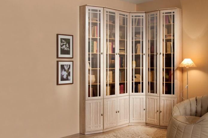 bibliothèque d'angle à l'intérieur du hall