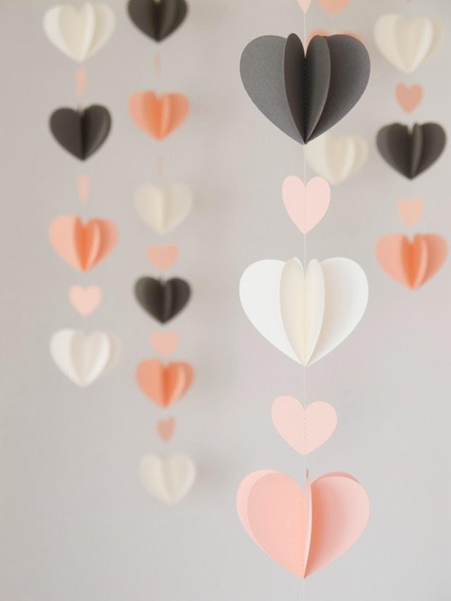 Coeurs multicolores sur une guirlande - mignons et tendres
