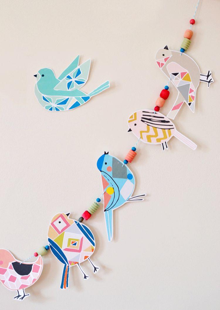 Avec votre enfant, vous pouvez faire une guirlande en forme d'oiseaux