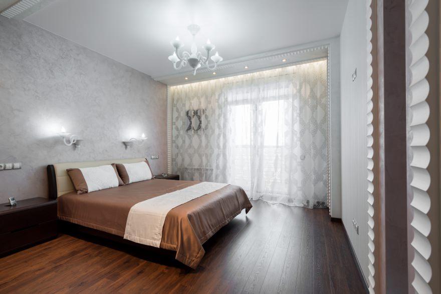 intérieur de la chambre avec papier peint gris