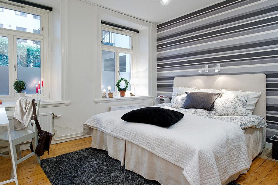 Conception de chambre avec papier peint à rayures grises