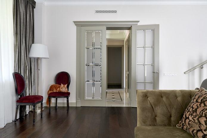portes grises à l'intérieur du salon