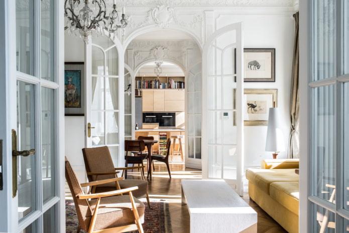 portes cintrées à l'intérieur du salon