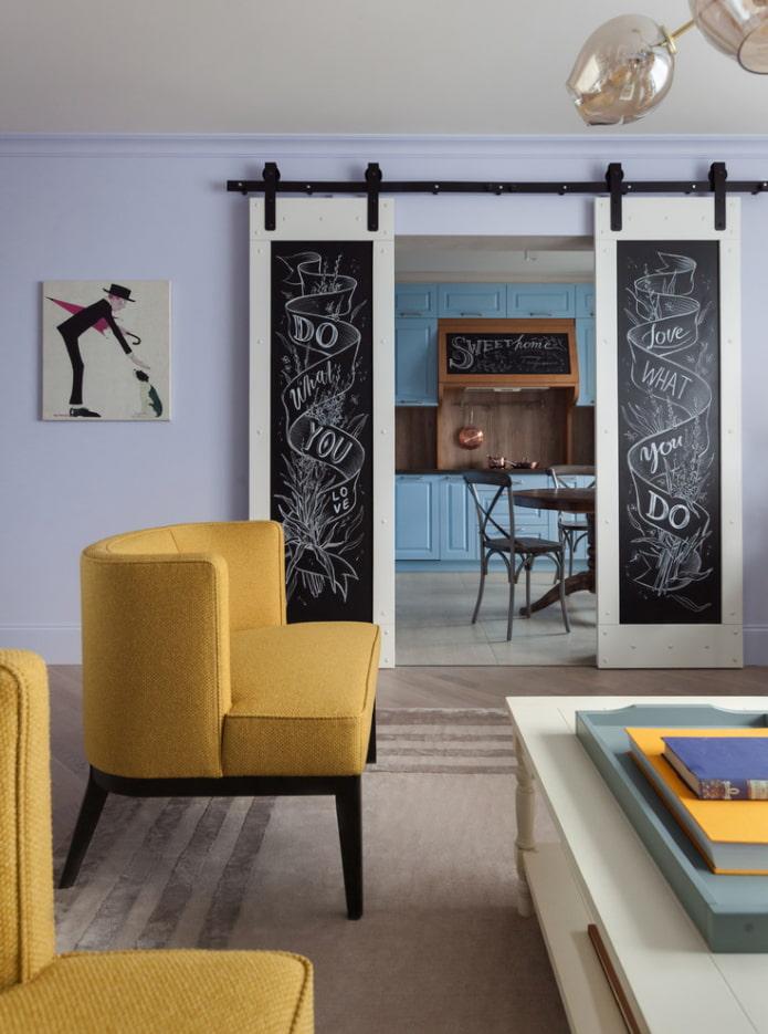 portes avec des dessins à l'intérieur du salon