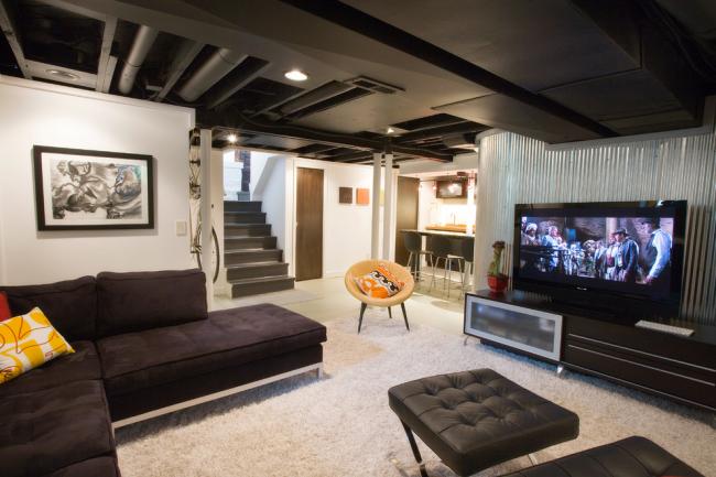 Petit salon décoré dans un style loft
