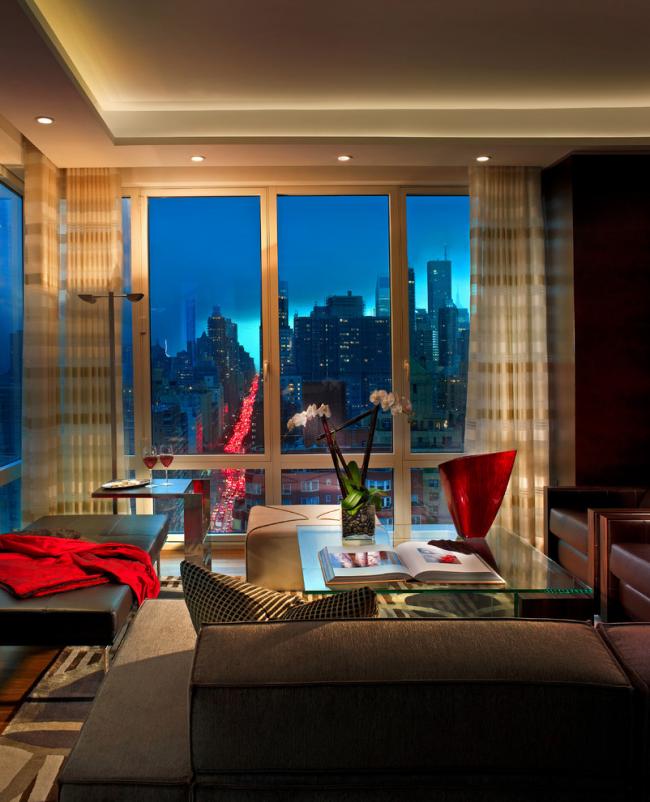 Belle conception d'un salon d'angle avec des baies vitrées