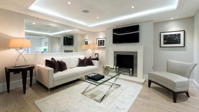 La couleur blanche dans la décoration de la pièce aidera la pièce à la rendre visuellement plus spacieuse.