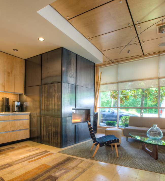 Une belle combinaison de construction en plaques de plâtre et de panneaux de bois dans la conception du plafond du salon