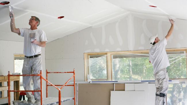 L'installation d'un plafond en plaques de plâtre peut se faire à la main