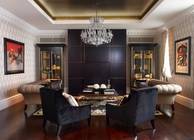 Plafond élégant en plaques de plâtre à l'intérieur d'un petit salon