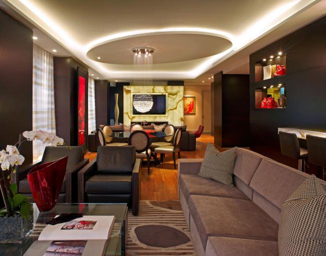 L'éclairage au néon aidera à mettre en valeur le design de votre plafond