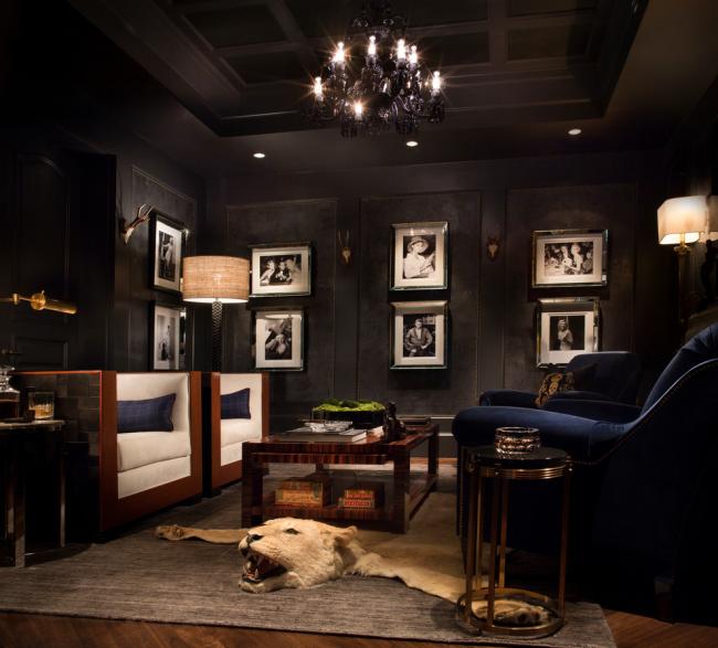 Le salon en noir est magnifique et très audacieux