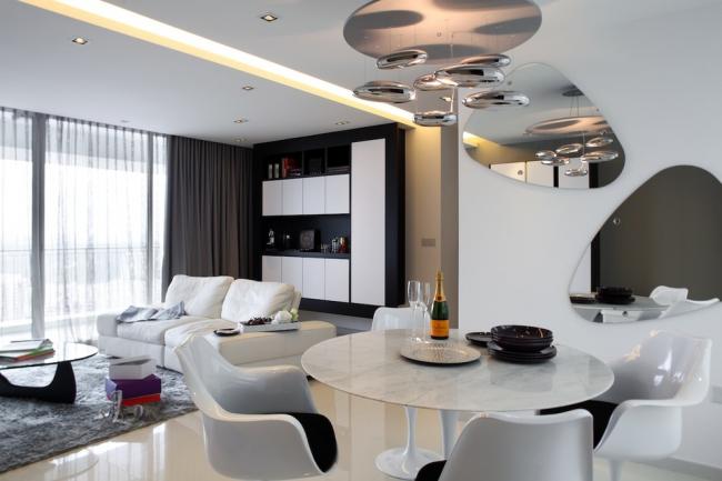 Surfaces en miroir et éclairage au néon du plafond à l'intérieur du salon, décoré dans un style high-tech