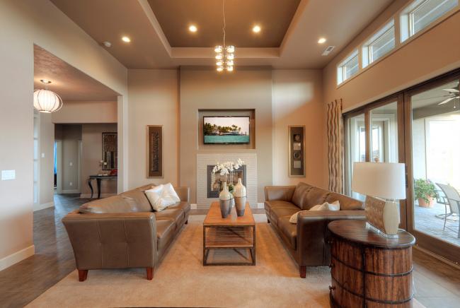 Salon avec plafond en plaques de plâtre de couleur beige