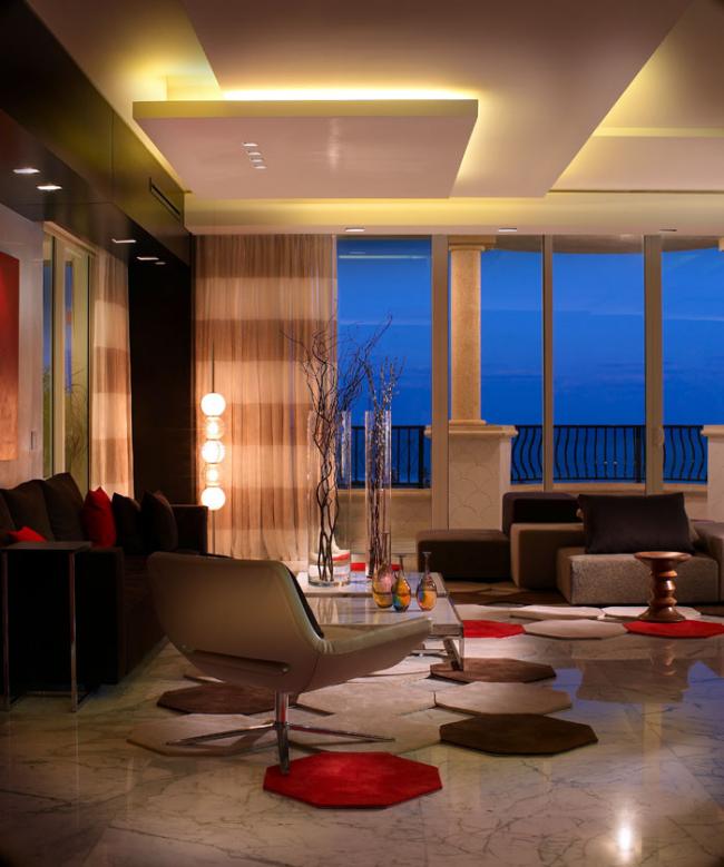 Spots et éclairage néon souligneront le style moderne de votre intérieur
