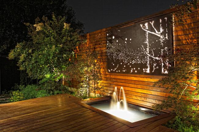 Terrasse en bois avec fontaine et panneau lumineux