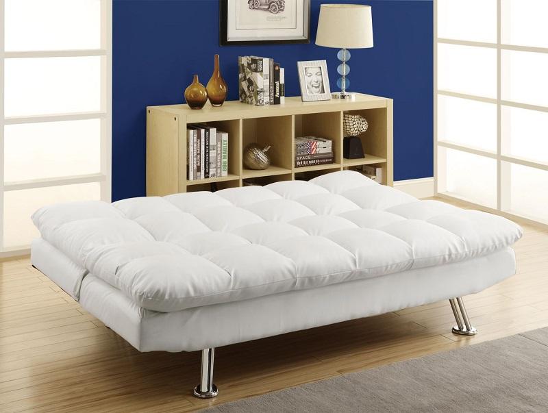 En position dépliée, un tel canapé n'est pas inférieur en largeur à un bon lit.
