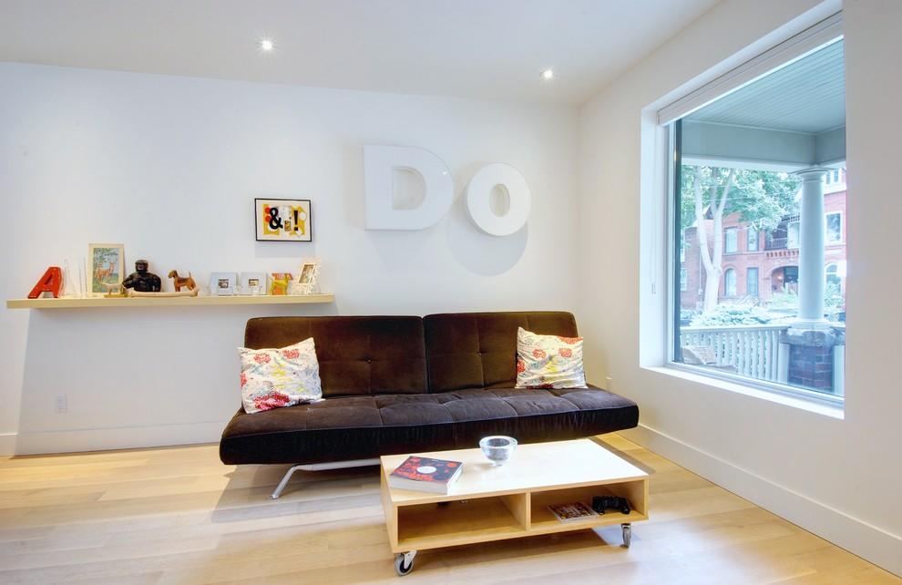 Grâce aux accents lumineux sous forme d'oreillers, le canapé sombre est très harmonieux dans l'intérieur clair.
