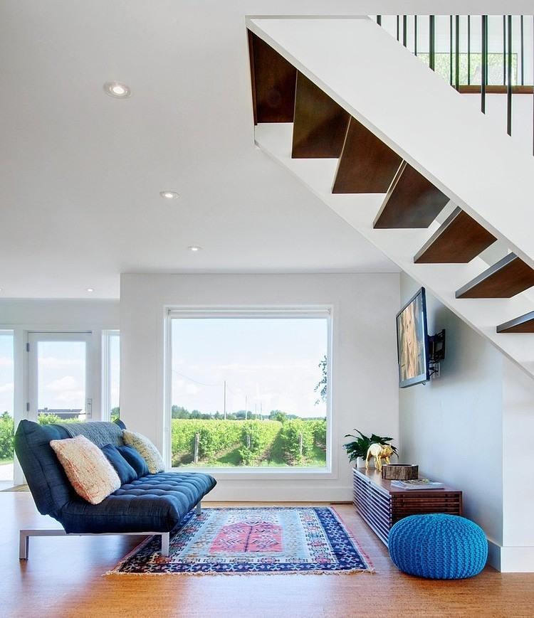 Un canapé sombre avec des pieds en métal s'intègre parfaitement dans un intérieur moderne