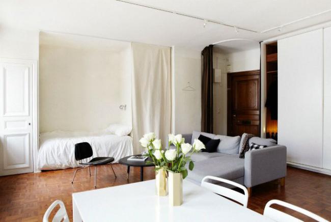 Un lit de couchage dans une niche aidera à économiser de l'espace pour le salon