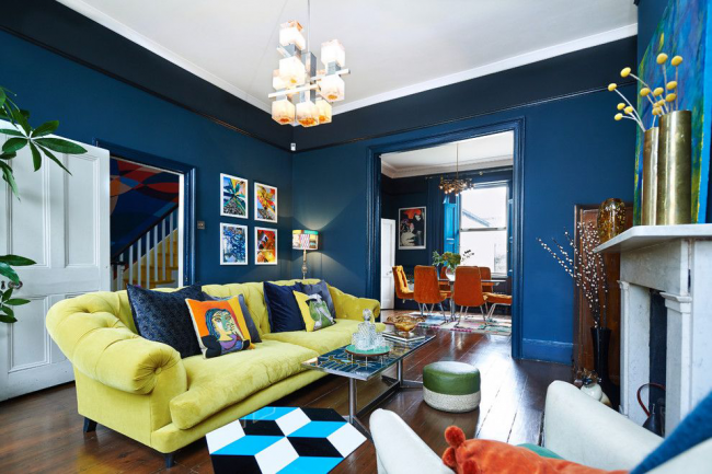 Aménager une salle pour recevoir des invités dans un style éclectique