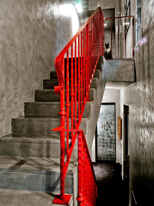 Les balustrades rouge vif sont très impressionnantes
