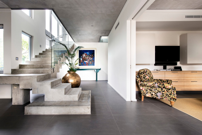 Les escaliers en béton non peint aideront à souligner le style loft