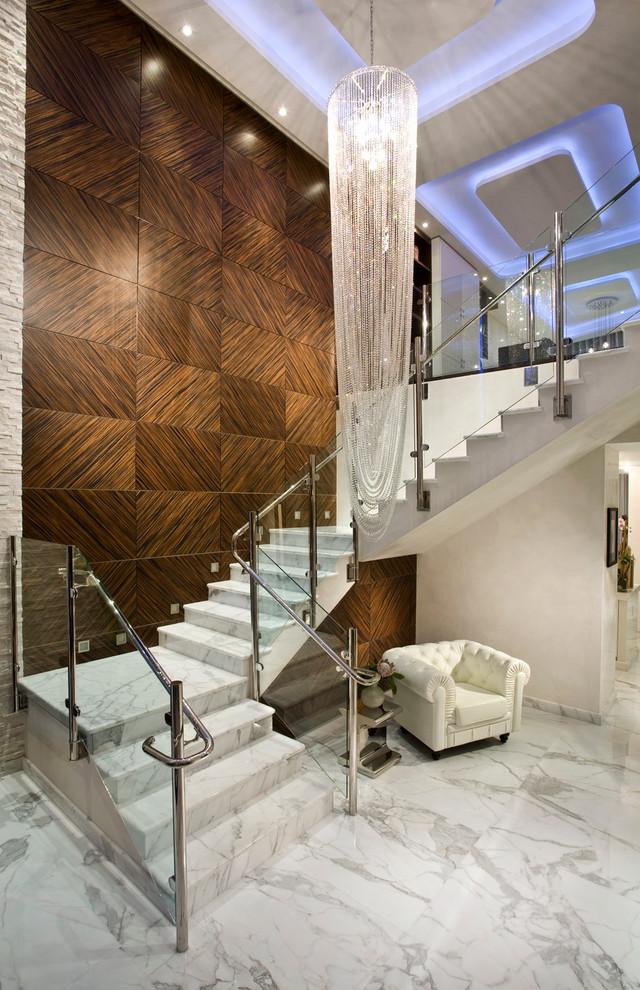 Le marbre à l'intérieur vous coûtera cher, mais il a l'air très luxueux.