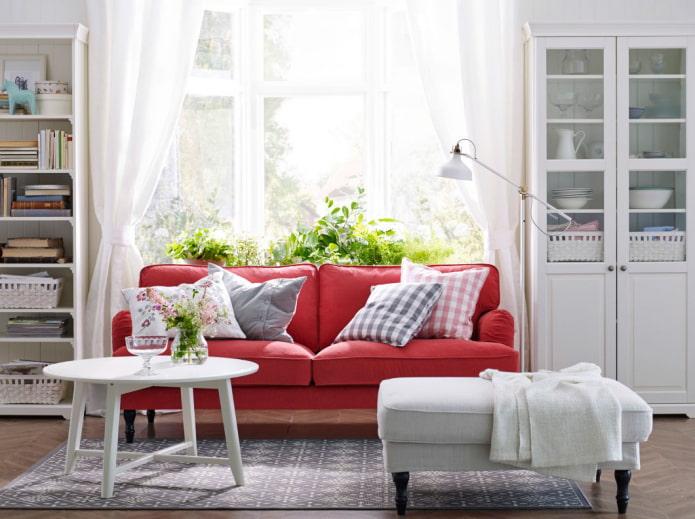 canapé rouge à l'intérieur
