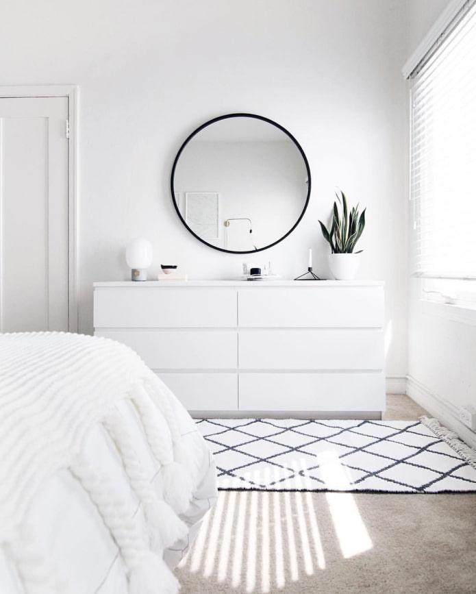 commode blanche dans la chambre