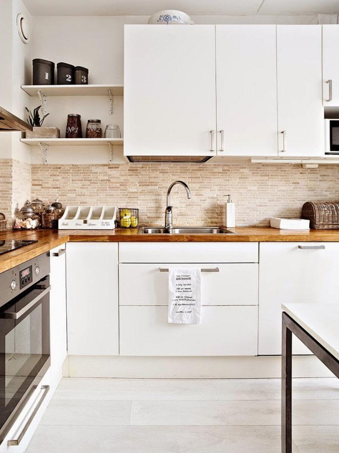 comptoir en bois dans la cuisine blanche