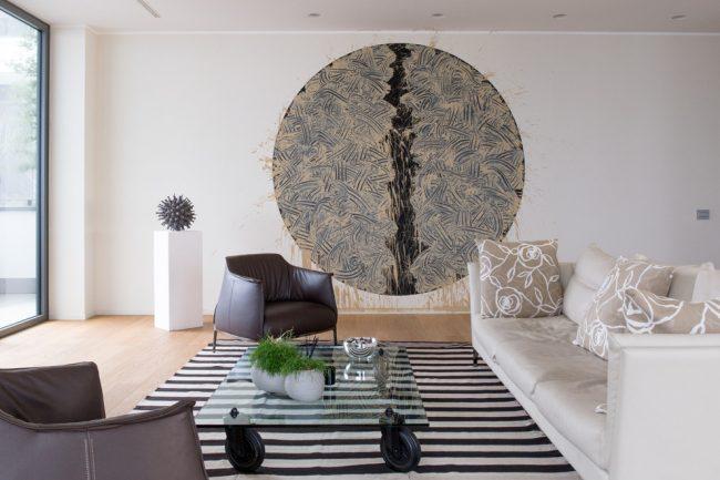 Un tapis ou un podium délimitera parfaitement des zones dans un petit appartement en présence de pièces combinées