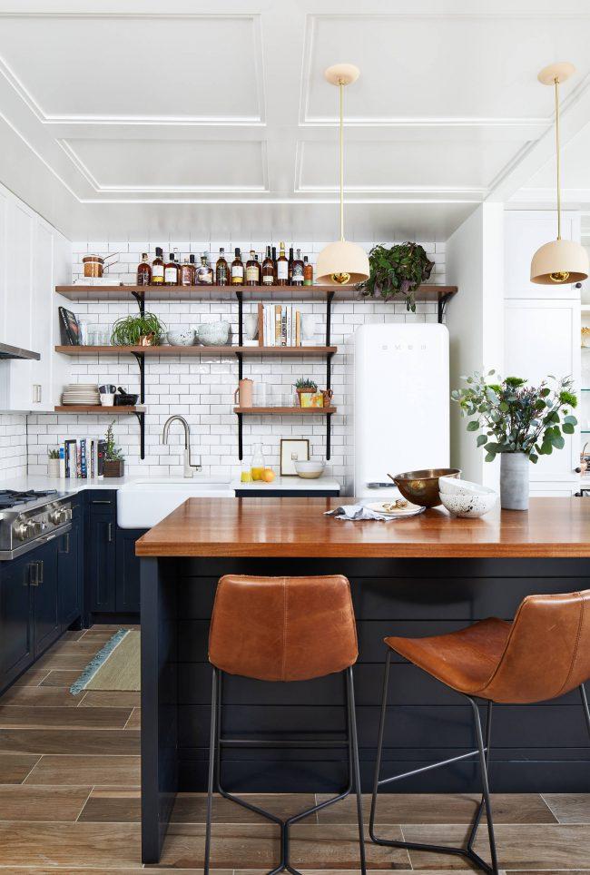 Si votre cuisine n'a pas de grandes surfaces, essayez d'abandonner les armoires suspendues au mur au profit d'étagères ouvertes.  Les casseroles surdimensionnées et autres accessoires s'intégreront parfaitement dans les armoires inférieures de la cuisine