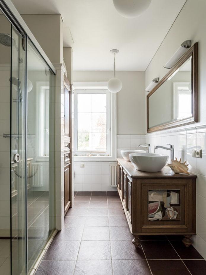 salle de bain étroite dans la maison