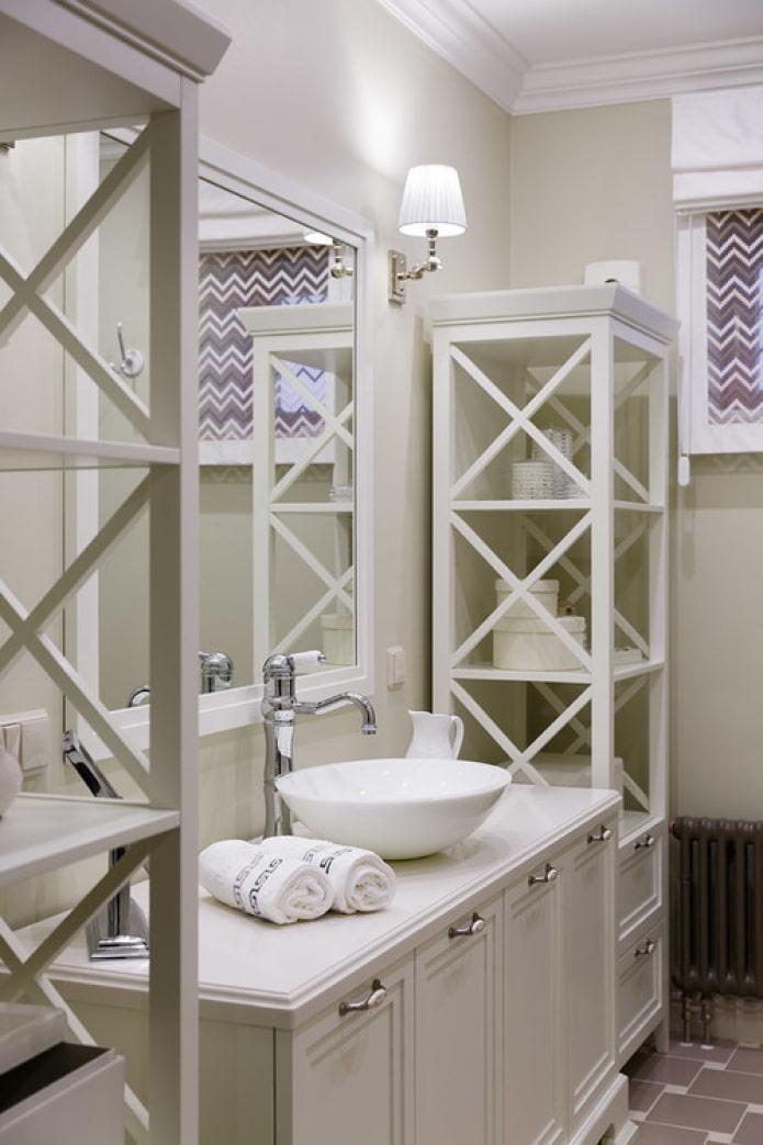 étagère dans la salle de bain