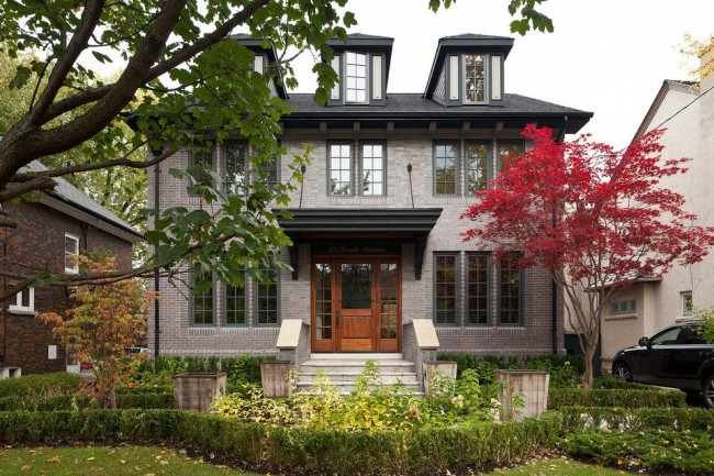 La façade en brique combine parfaitement la sévérité, l'élégance et la sophistication traditionnelles avec une incroyable fonctionnalité