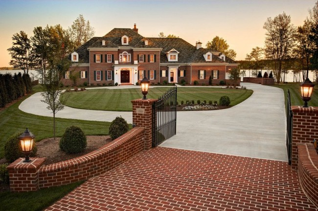 La maison en brique et la clôture, fabriquées dans le même style, sont très belles