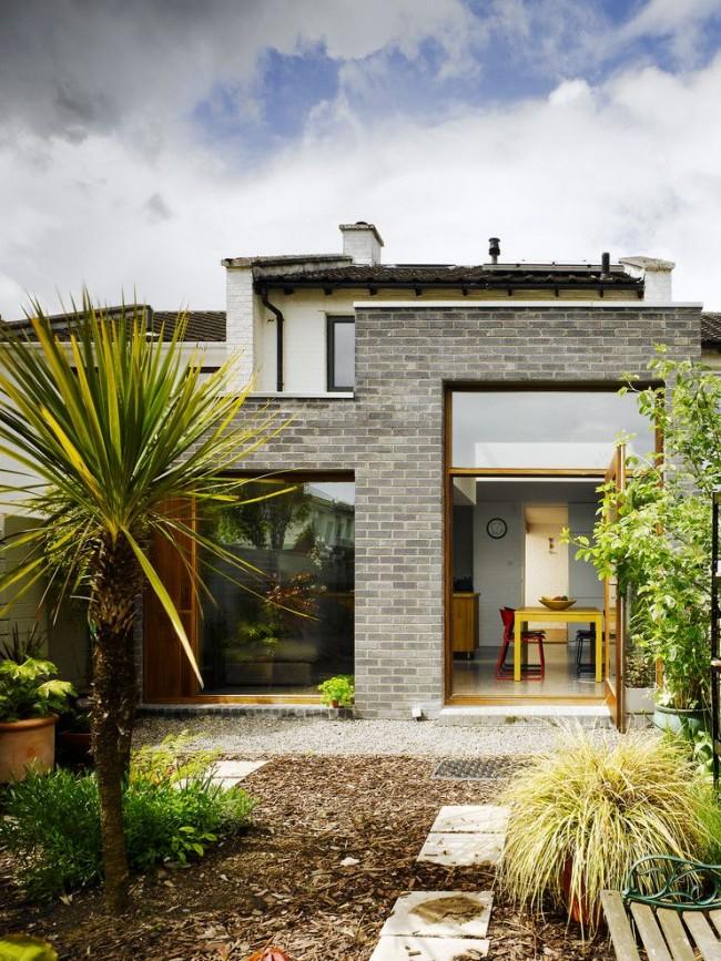 Maison privée avec fenêtres panoramiques dans un style moderne