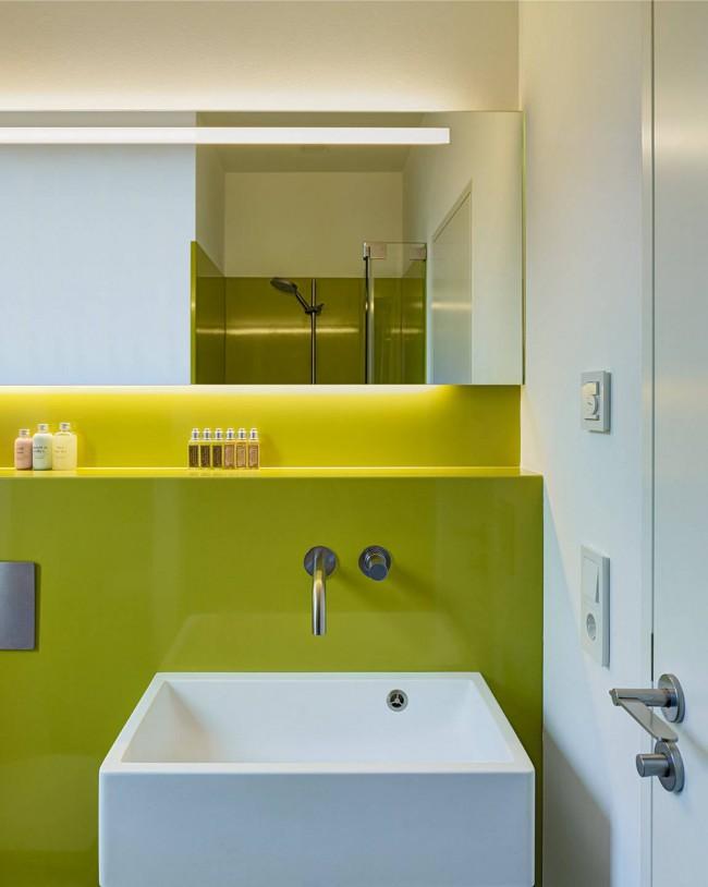 Dans une petite salle de bain, une installation cachée d'une cuvette de toilette sera utile.  Ainsi, une étagère pour ranger les accessoires de bain apparaîtra.