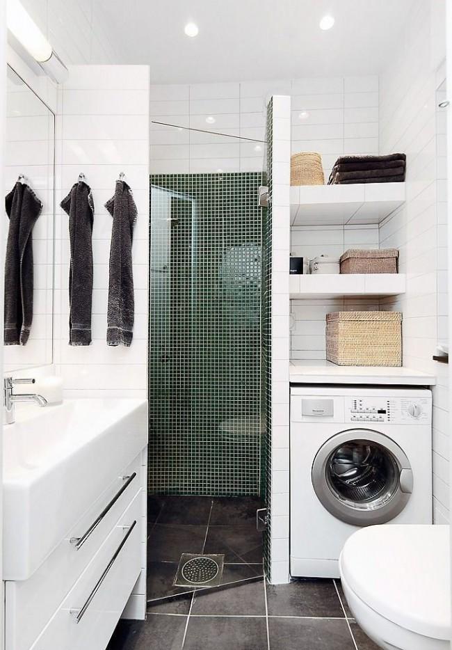 Les projecteurs et les carreaux brillants s'associent pour créer un espace salle de bain
